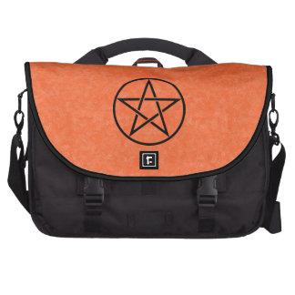 Naranja con el bolso negro del ordenador portátil  bolsas para ordenador