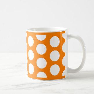 Naranja con los lunares blancos taza clásica