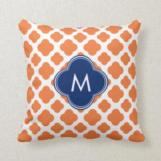 Naranja con monograma y azul real Quatrefoil Almohadas