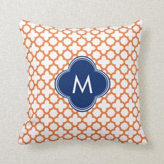Naranja con monograma y azul real Quatrefoil Cojín