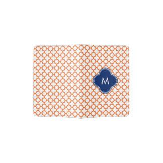 Naranja con monograma y azul real Quatrefoil Porta Pasaporte