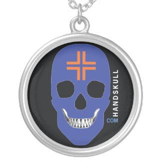 Naranja cruzado de HANDSKULL, cráneo feliz, bander Colgante Redondo