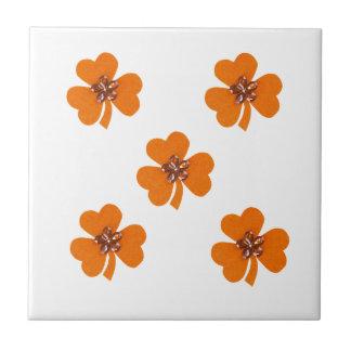 Naranja de la primavera, tréboles anaranjados para azulejo cuadrado pequeño