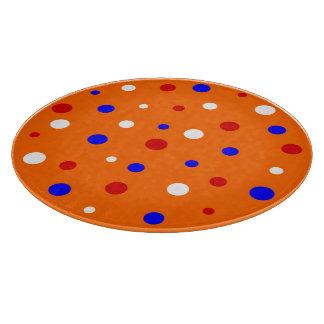 Naranja de la tabla de cortar con confeti