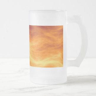 Naranja del agua ardiente y fondo rojos del jarra de cerveza esmerilada