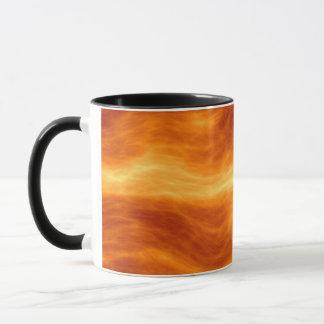 Naranja del agua ardiente y fondo rojos del taza