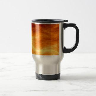 Naranja del agua ardiente y fondo rojos del taza de viaje