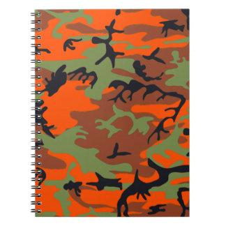 Naranja del cazador con el cuaderno verde del camu