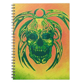 Naranja del cráneo y cuaderno del verde