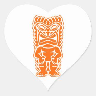 naranja del guerrero del tótem del tiki pegatina en forma de corazón