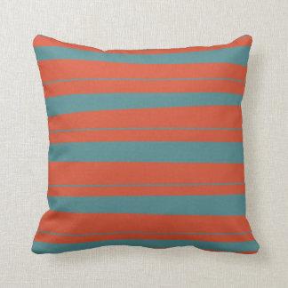 Naranja fresco y modelo desigual azul de las rayas cojín