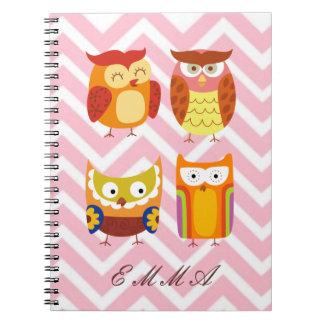 Naranja y familia del búho de Brown en el fondo de Notebook