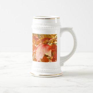 Naranja y hojas rojas de la caída jarra de cerveza