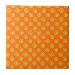 Naranjas con el fondo anaranjado azulejos cerámicos