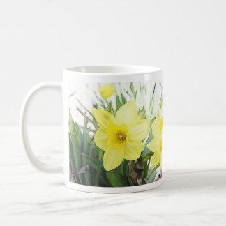 Narciso amarillo soleado taza básica blanca