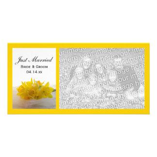 Narcisos amarillos en el blanco apenas casado tarjetas fotograficas