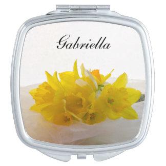 Narcisos amarillos en el boda blanco espejo maquillaje