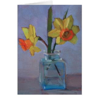 Narcisos amarillos en el florero de cristal tarjeta pequeña