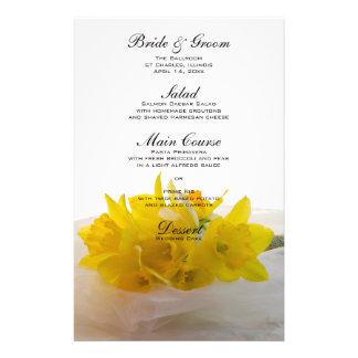 Narcisos amarillos en el menú blanco del boda papelería personalizada
