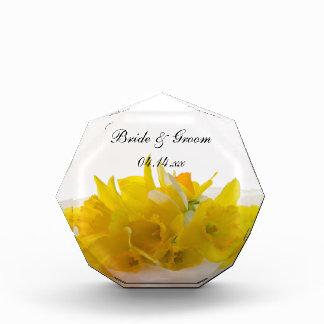 Narcisos amarillos en el recuerdo blanco del boda