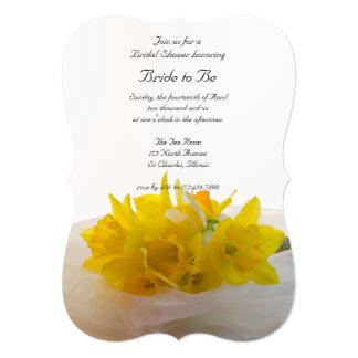 """Narcisos amarillos en la ducha nupcial blanca invitación 5"""" x 7"""""""