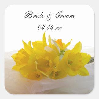 Narcisos amarillos que casan los sellos cuadrados pegatina cuadrada