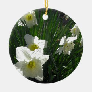 Narcisos blancos, fotografía adorno navideño redondo de cerámica