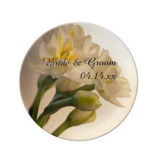 Narcisos dobles blancos que casan el recuerdo platos de cerámica