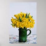 Narcisos en flores verdes del florero poster