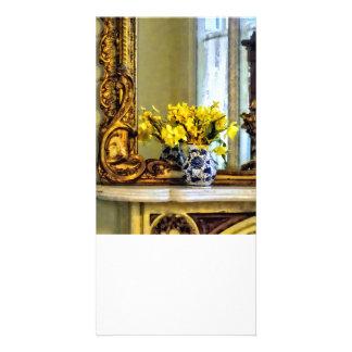 Narcisos en la repisa tarjeta personal con foto