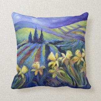 Narcisos en una almohada decorativa del día tempes