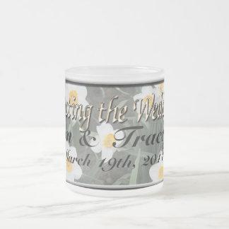 Narcisos para un boda de la primavera tazas de café