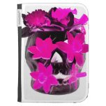 Narcisos rosados en un cráneo oscuro