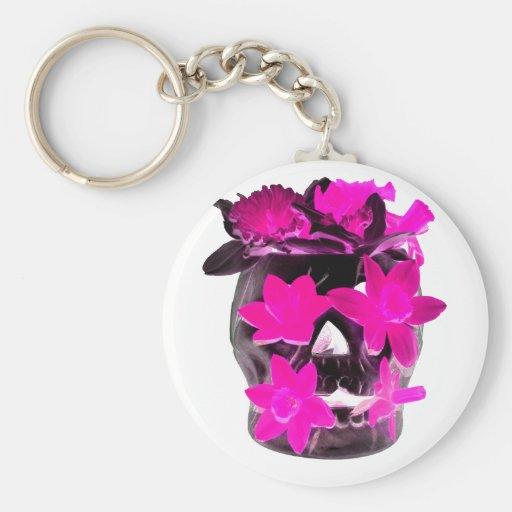 Narcisos rosados en un cráneo oscuro llaveros personalizados