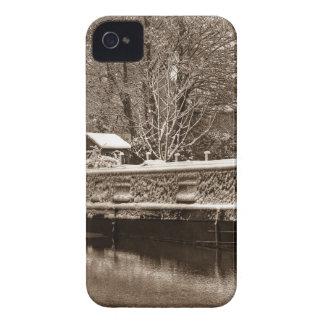 Narrowboat congelado en el canal iPhone 4 Case-Mate cárcasas