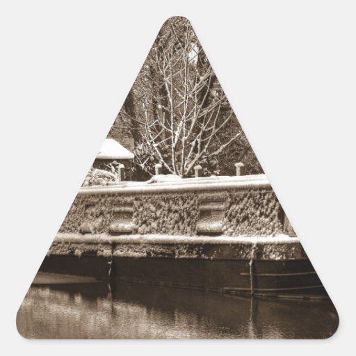 Narrowboat congelado en el canal pegatinas trianguloes