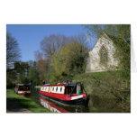 Narrowboat y iglesia en tarjeta de felicitación de
