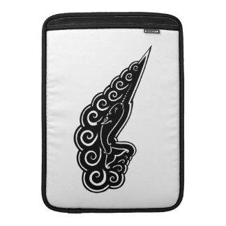 Narwhal agita el dibujo negro de estilo celta de funda  MacBook
