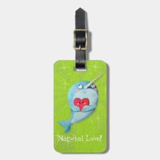 Narwhal lindo con el corazón etiquetas de equipaje