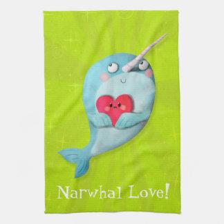 Narwhal lindo con el corazón toalla