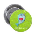 Narwhal lindo con el corazón pin redondo 5 cm