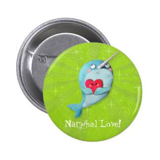 Narwhal lindo con el corazón pin redondo de 2 pulgadas