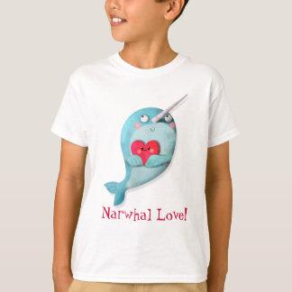 Narwhal lindo con el corazón playera