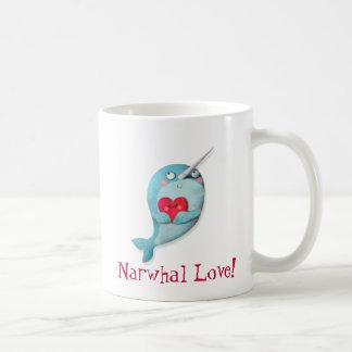 Narwhal lindo con el corazón taza básica blanca