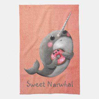Narwhal tímido con el buñuelo toallas