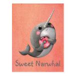 Narwhal tímido con el buñuelo postal