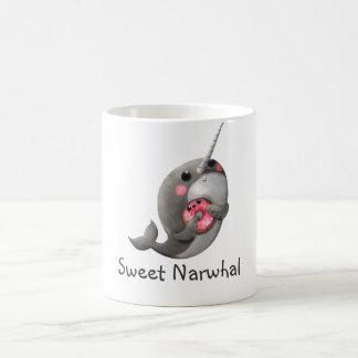 Narwhal tímido con el buñuelo taza de café