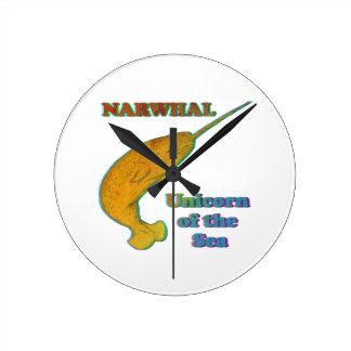 Narwhal - unicornio del mar reloj redondo mediano
