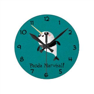 Narwhal y panda en uno reloj redondo mediano