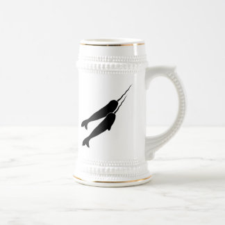 Narwhals lindo que nada junto la silueta negra jarra de cerveza